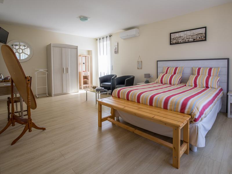 Une des trois chambres d'hôtes de charme à Virson (17) proche Rochefort : chambre spacieuse avec lit double, miroir, rénové.