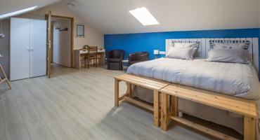 Une des trois chambres d'hôtes de charme à Virson (17) proche Rochefort : chambre spacieuse avec lit double, une touche de peinture bleue, inspiré par l'Île de Ré