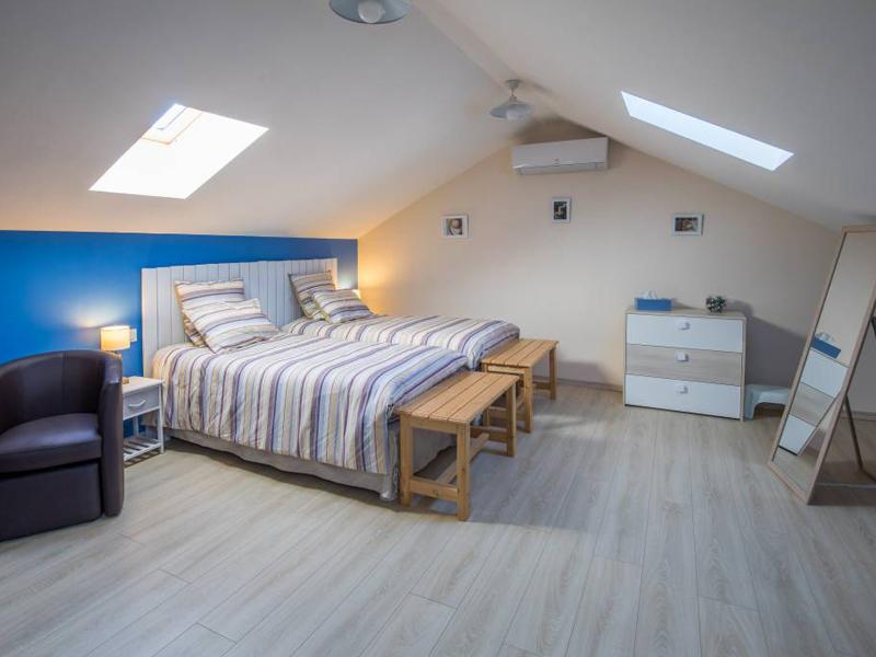 Chambres d'hôtes de charme à Virson (17) proche Rochefort : chambre spacieuse, commode, une touche de peinture bleue, inspiré par l'Île de Ré