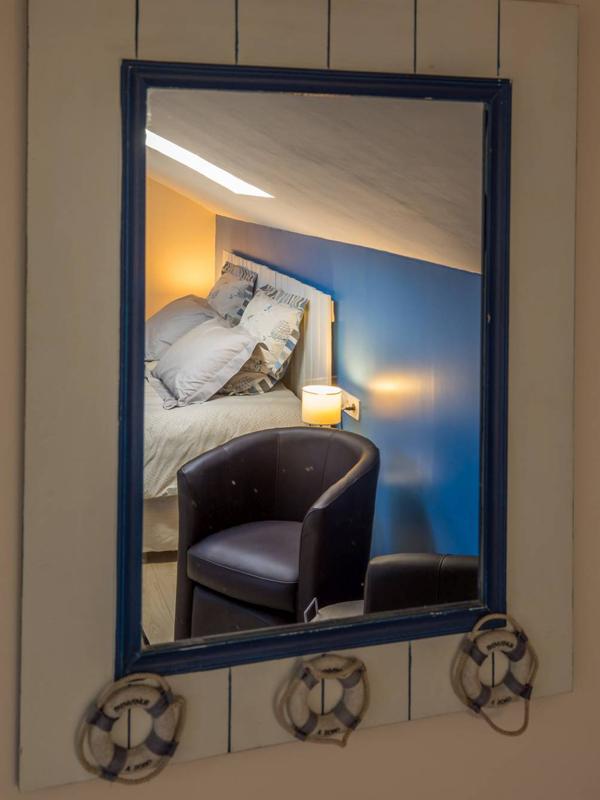 Autre photo de la chambres d'hôtes de charme Île de Ré à Virson (17) proche Rochefort : lit, fauteuil, commode, une touche de peinture bleue, inspiré par l'Île de Ré