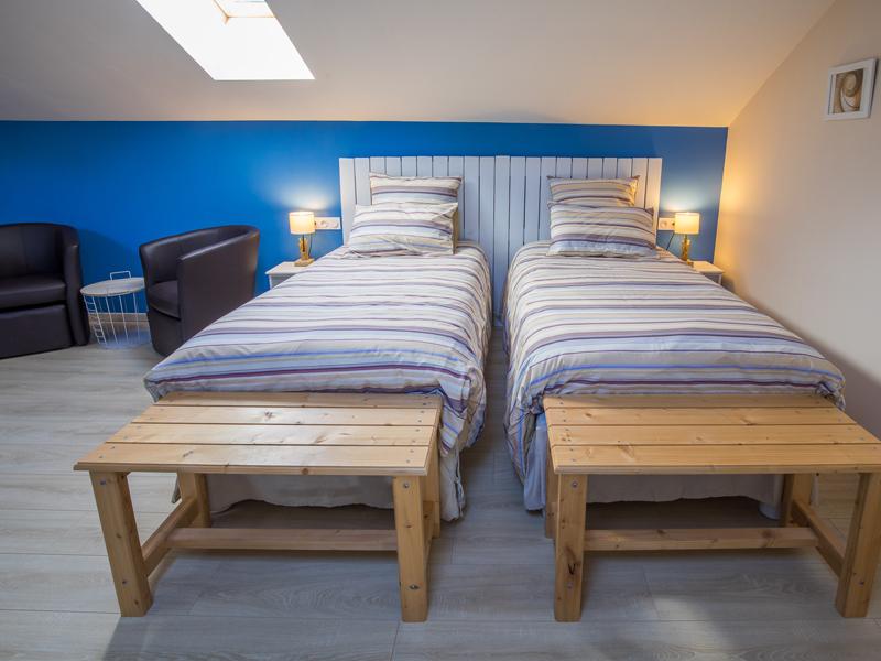 Chambre d'hôtes de charme Île de Ré à Virson (17) proche Rochefort : deux lits simple, une touche de peinture bleue, inspiré par l'Île de Ré