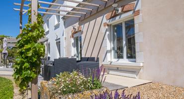 Terrasse aménagée avec salon de jardin, maison d'hôtes Les Cagouilles à Virson (17) près de Rochefort en Charente-Maritime