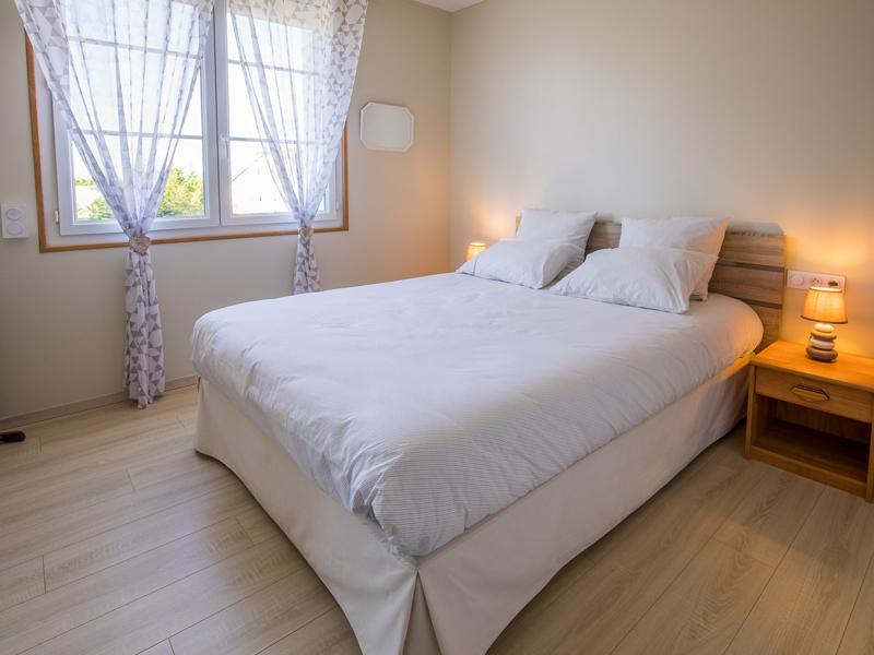 Une des trois chambres d'hôtes de charme à Virson (17) proche Rochefort : chambre spacieuse avec lit double, une décoration de chambre en hommage à l'Île d'Aix